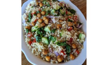 Mediterranean Salad With Quinoa and Chickpeas